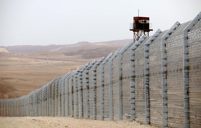 epa03107427 A general view of a part of the newly built fence along the Israeli Egyptian border, 15 February 2012. The fence runs along the entire land border of the Gaza Strip. The separation wall is made up of wire fencing with posts, sensors and buffer zones on lands bordering Israel, and steel walls on lands bordering Egypt. EPA/ABIR SULTAN +++(c) dpa - Bildfunk+++