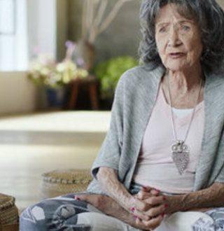 На 98 години се уште практикува јога