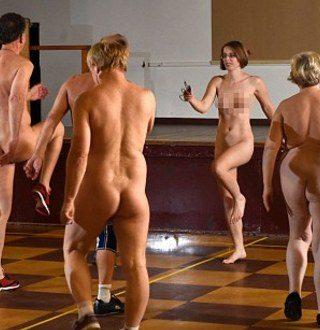 Британски модел оформи клас за: Фитнес за нудисти