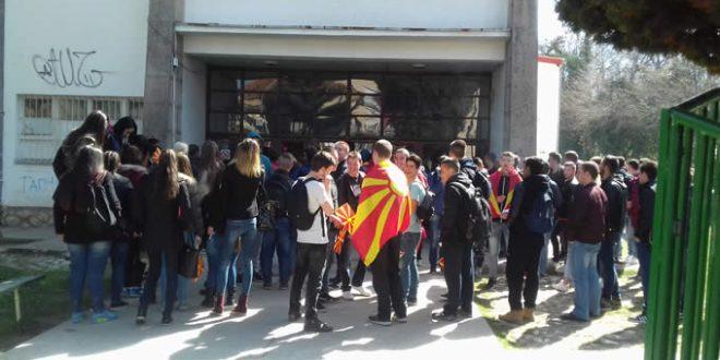 Инспектори кај директорите кои ги тераат учениците на протест