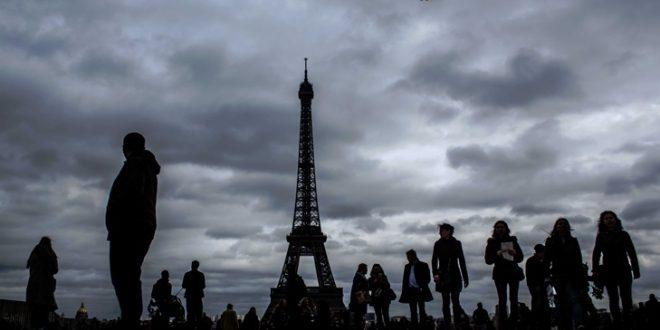 ЕВАКУИРАНА АЈФЕЛОВАТА КУЛА: Париската полиција на нозе заради дојава на бомба (ВИДЕО)