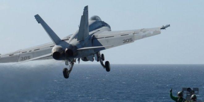 Борбен Ф 18 од носачот авиони  Карл Винсон  се урна во море
