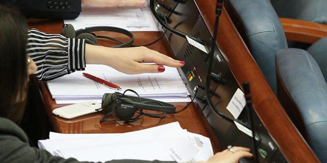 Законот е изгласан во парламентотм следни се Иванов и Уставиот суд