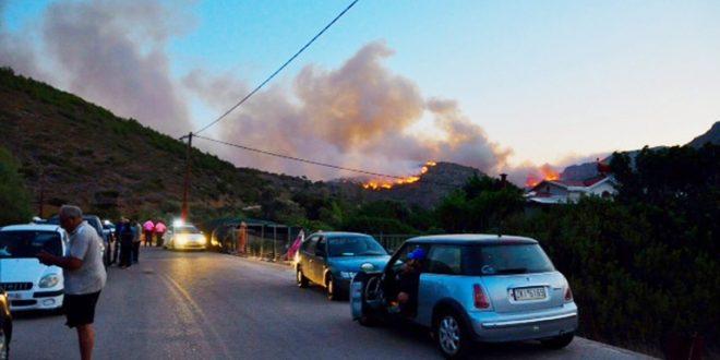 Огромен пожар беснее на грчкиот остров Закинтос