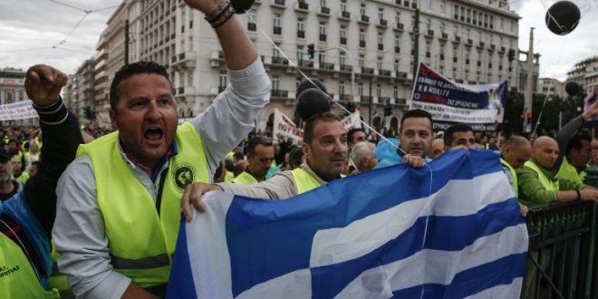 Продолжуваат масовните протести и штрајкови во Грција против мерките за штедење