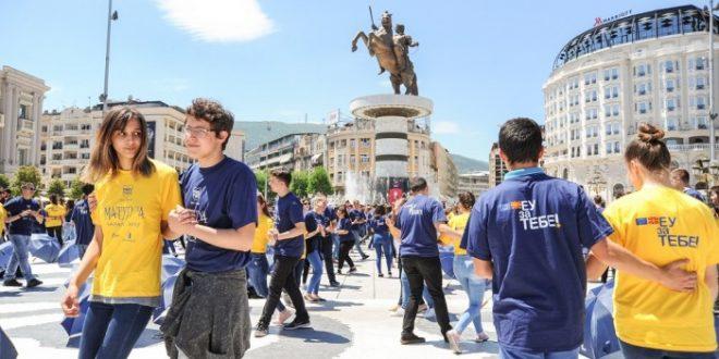 Матурантите одиграа  квадрил  на плоштадот Македонија
