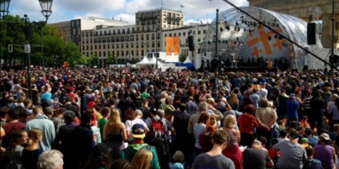 Обама во Берлин пречекан како рок ѕвезда