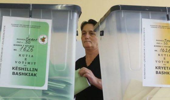 Рама води на изборите во Албанијa, гласањето мина со пукање, купување гласови и со слаб одѕив