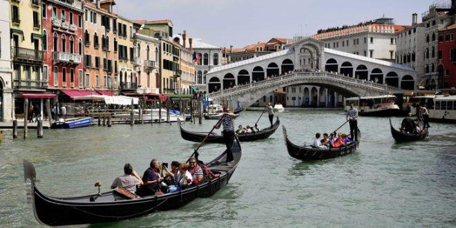 Првата жена гондолиерка во Венеција го менува полот