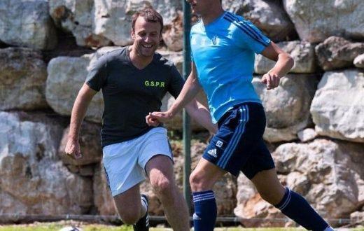 """(ФОТОГРАФИИ) Францускиот претседател Макрон ги изненади сите – играше фудбал со професионалците на """"Олимпик Марсеј"""""""
