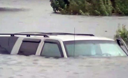 uraganot-harvi-zad-sebe-ostavi-grobishta-na-avtomobili