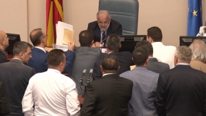 Законот за јазици на пленарна седница  ВМРО ДПМНЕ ја окупираше говорницата