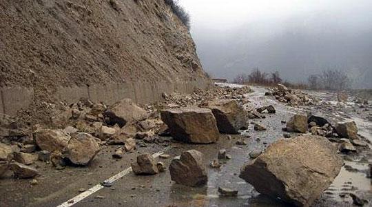 Патничкиот и железничкиот сообраќај од Велес кон Градско е во прекин поради голем одрон
