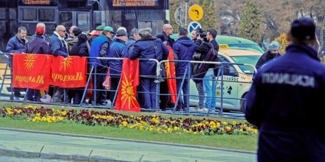 Протести пред Собрание против употреба на законот за јазици