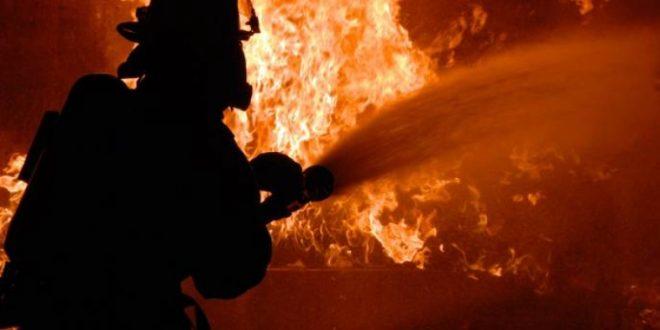 Девет пожарникари го гаснеа пожарот во станбено-деловниот комплекс на плоштадот во Тетово
