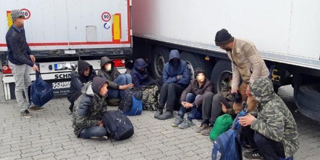Пронајдени 103 мигранти во товарно возило кај Демир Капија