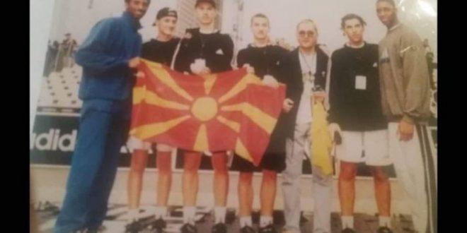 Коби Брајант со македонско знаме