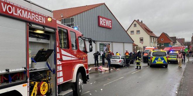 Хорор на карневал во Германија: Сребрен мерцедес улетал во толпа луѓе, има повредени (фото)