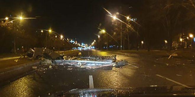 ФОТО: Ветерот откорна дрво во Кисела Вода и билборд на Партизанска