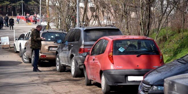 Викендот изречени 54 казни за паркирање во зеленило на Водно