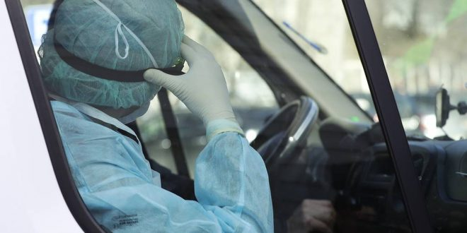 """""""Блумберг"""": Заразените го пренесуваат вирусот на скоро 6 лица"""