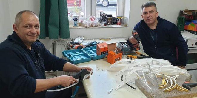 Вработените во пожарна единица Кавадарци доброволно изработуваат заштитни визири (ФОТО)