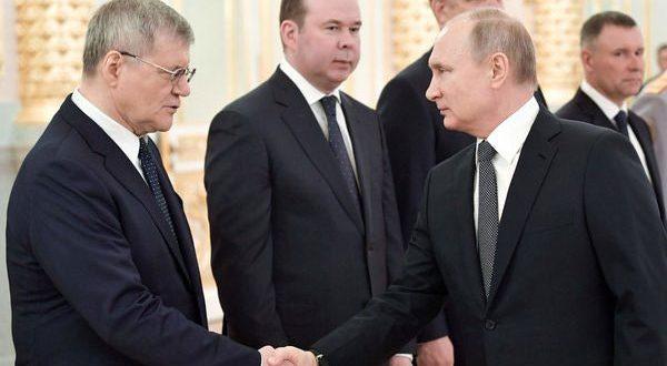 Путин и понатаму се ракува на состаноци! Што вели Кремљ за тоа?
