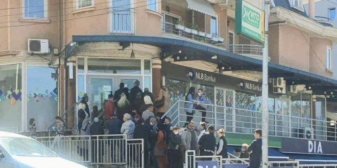 Големи редици и турканици пред банките, се чека и по два часа за да стигне на ред