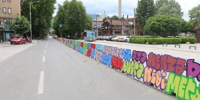 Ата, Сара, Јетон…Бетонската ограда во Чаир доби графити со имиња на деца (ФОТО)