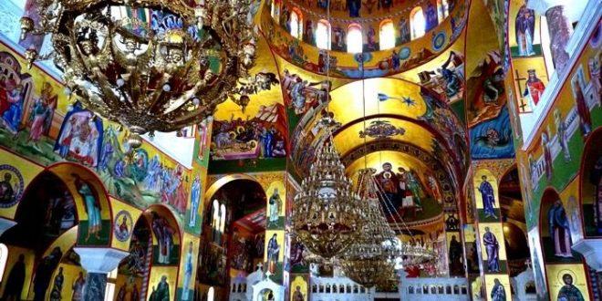 Неволја во Грчката православна црква: Жестоки критики кон грчки поп поради причестувањето со неколку лажици