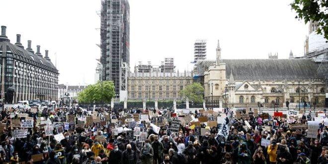 """""""БРИТАНИЈА НЕ Е НЕВИНА"""" Илјадници луѓе на улиците на Лондон, демонстрантите на колена му оддадоа почит на Флојд (ВИДЕО)"""