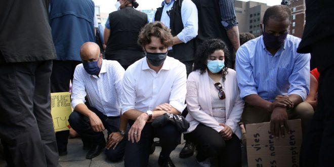 Трудо клекна на протест против расизмот во Отава