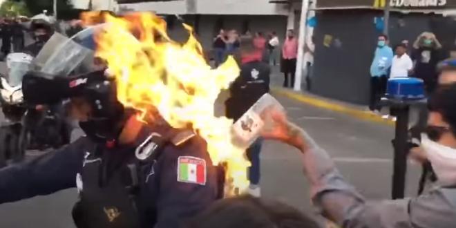 (ВОЗНЕМИРУВАЧКО ВИДЕО) Протестите загрозуваат се повеќе животи: ЗАПАЛЕН ПОЛИЦАЕЦ