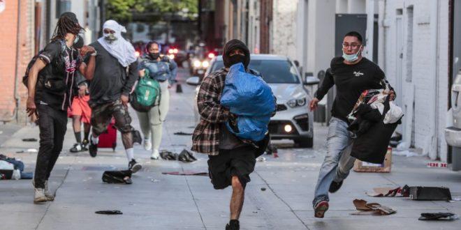 Полицијата во САД ги апси сопствениците кои ги штитат своите продавници со пушки и мачети (видео)