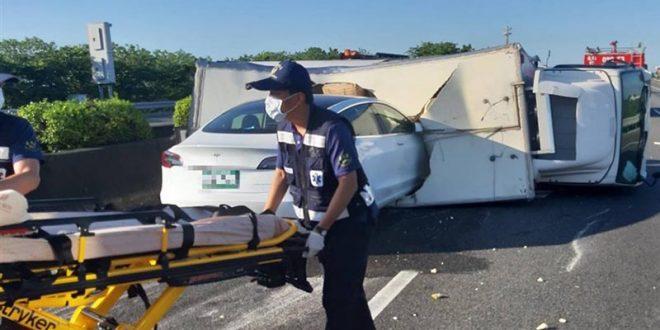 """""""Тесла"""" на автопилот се удри директно во превртен камион (ВИДЕО)"""