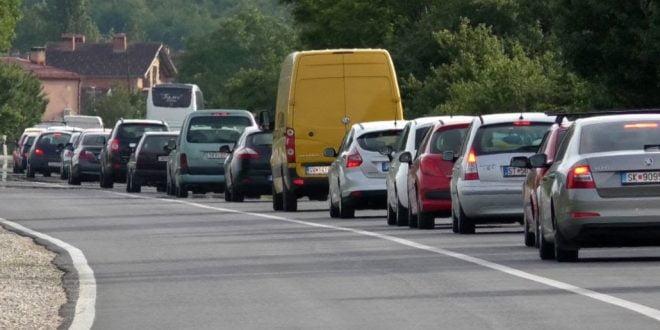 """Неколкукратно зголемен интензитет на сообраќај по автопатот """"Мајка Тереза"""", кај Гостивар нема застои"""