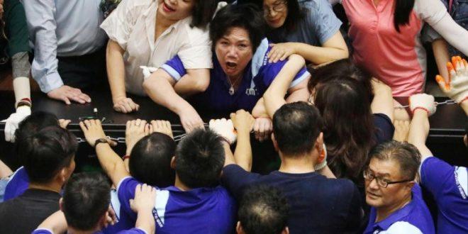 Повторно тепачка во тајванскиот Парламент, опозицијата ја зазеде пленарната сала