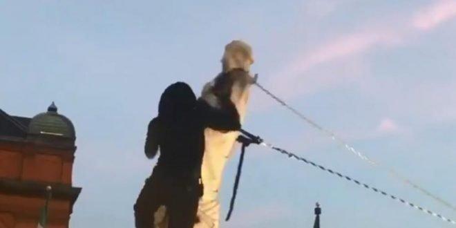 Колумбо падна и во Балтимор: Статуата на морепловецот срушена и фрлена во океанот (ВИДЕО)