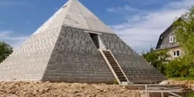 Брачен пар од Русија си изградил пирамида во двор: 19 пати е помала од онаа во Гиза, еве што се наоѓа во неа (ВИДЕО)