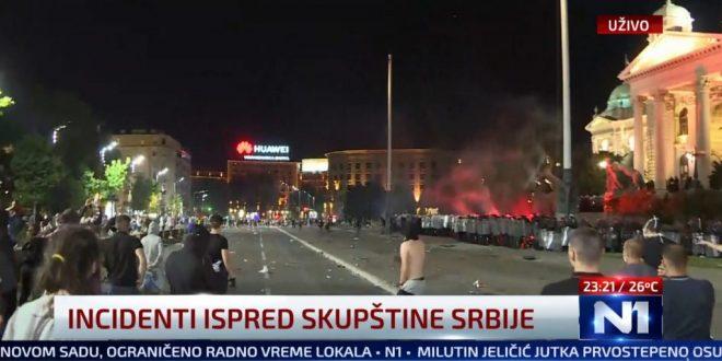 Белград: Жандармеријата ги растера демонстрантите, се фрла солзавец! (ВИДЕО)