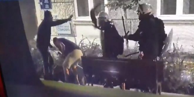 Херои на протестот во Србија: Пиво, ќотек од полицијата, па повторно на клупа (ВИДЕО)