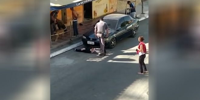 Полицајци обвинети за клекнување на врат на црна жена во Бразил
