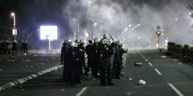 Во синоќешните протести во Белград повредени 43 полицајци и 17 цивили, запалени и полициски коли (ВИДЕО)