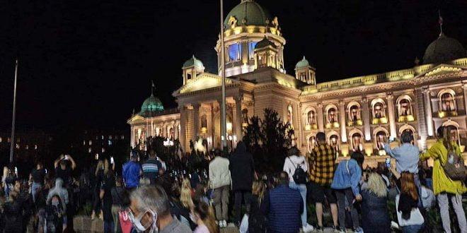 Насилни демонстрации во Белград: Кој ги насочува и кој стои зад нив?