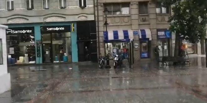 Силно невреме со пороен дожд го зафати Скопје
