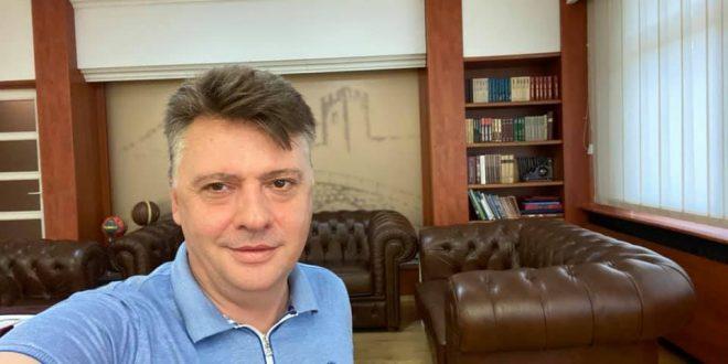 Шилегов оздраве од коронавирусот, со селфи од својот кабинет најави дека се враќа на работа