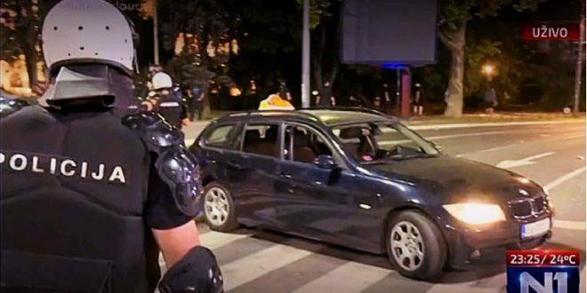 Таксист влета во полицијата во Белград, сакал да го пробие кордонот