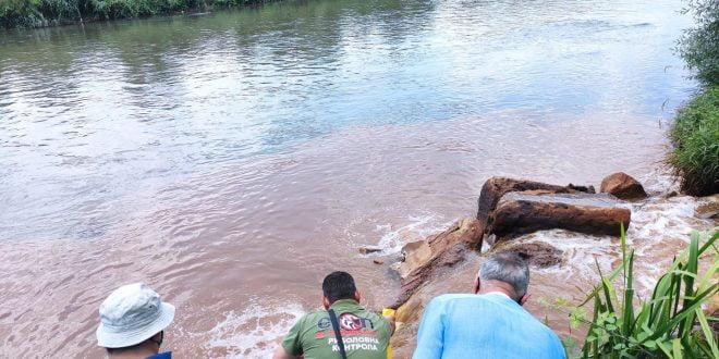 Инспектори зеле мостри за анализа од отпадната вода со црвена боја во Вардар