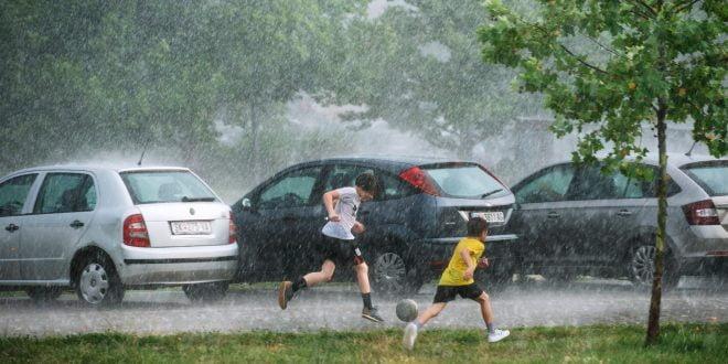Силен дожд и грмежи во моментов во Македонија – страшно невреме ги зафати Хрватска и Црна Гора