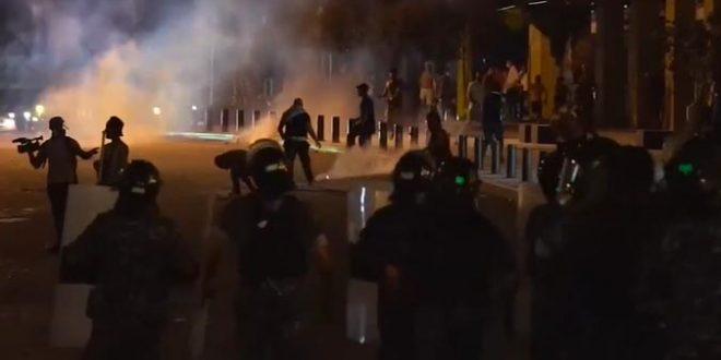 Протести по експлозијата во Бејрут, полицијата употребила солзавец